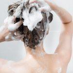 炭酸水シャンプーしている女性